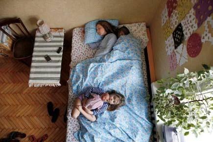 Coppia sul letto con bimba