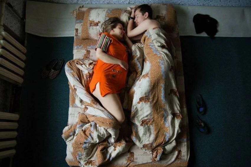 coppia con coperta strana