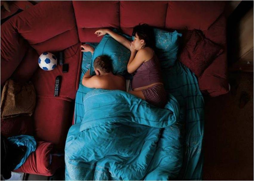 coppia sul divano letto