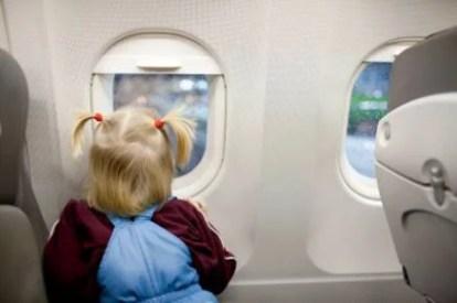 bimba su un aereo