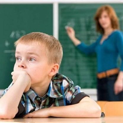 Bambino distratto a scuola