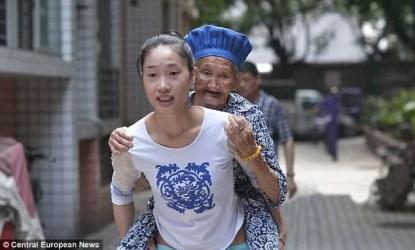 ragazza e donna anziana