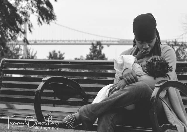 mamma allatta al parco