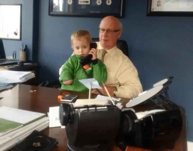 nonno e nipotino senza mano