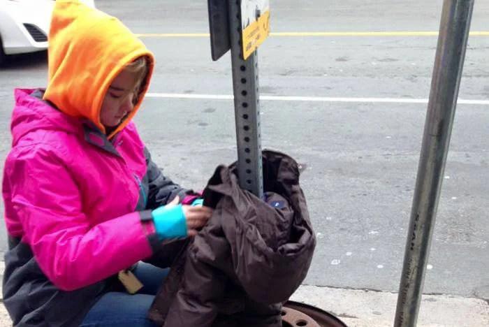 bambini appendono cappotti