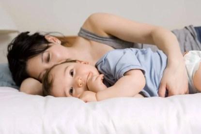 mamma dorme mentre il bimbo è sveglio