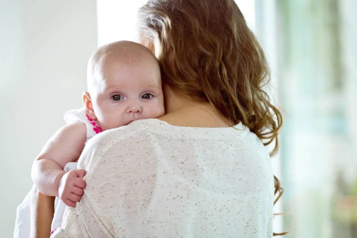 Perché preferiamo tenere il neonato sul lato sinistro? La scienza risponde