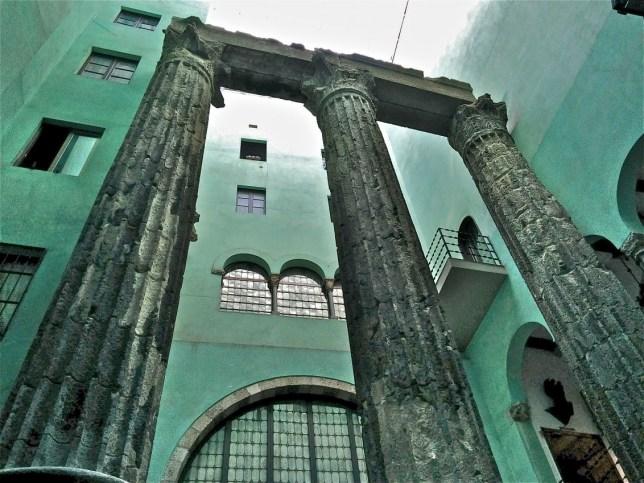 Columnas romanas del Templo de Augusto en la sede del Centro Excursionista