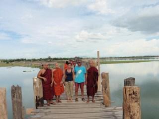 Esta vez los monjes nos quisieron hacer la foto a nosotros, en el puente de U Bein