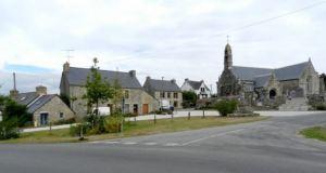 """La Place de l'église et ses aménagement paysagers """"low cost"""" mais coopératifs"""