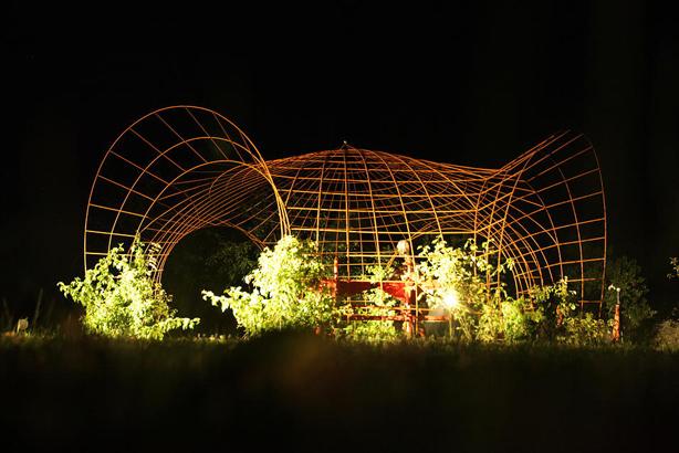 francis-beninca-outdoor-art-installation-night-urbangardensweb