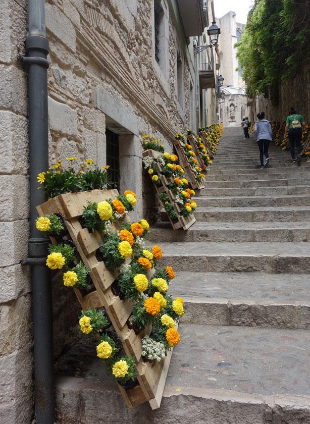 temps-de-flors-pallet-flowers-up-steps-urbangardensweb