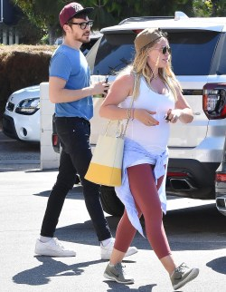 Stylish Dynamic Duff Pregnant Hilary Shows Off Her Baby Bump After Pics Hilary Duff Engagement Hilary Duff Let Rain Fall Down Lyrics