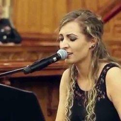 feher-lili-zongorazik-es-enekel-700
