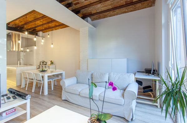 FULLY FURNISHED AND VERY BRIGHT APARTMENT FOR RENT IN THE CENTER OF VALENCIA