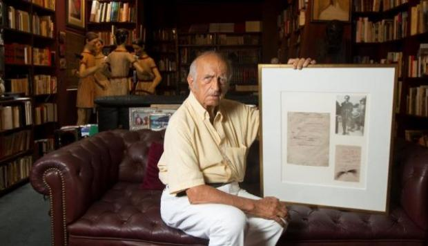 De Szyszlo con un manuscrito y el cabello de César Vallejo regalado a él por Georgette de Vallejo.