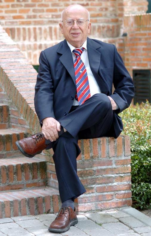 """MD69 - MADRID (ESPAÑA), 24/04/2011.- Fotografía del 19 de abril de 2004 en la que se observa al poeta chileno Gonzalo Rojas al posar en la Residencia de Estudiantes de Madrid (España), donde presentó el audiolibro """"La voz de Gonzalo Rojas"""". Rojas, que el pasado 22 de febrero de 2011 sufrió un accidente cerebrovascular, se está apagando """"lenta y dignamente"""", dijo su hijo, Gonzalo Rojas-May, al periódico La Tercera, según publica hoy, domingo 24 de abril de 2011, este diario. EFE/Paco Campos"""