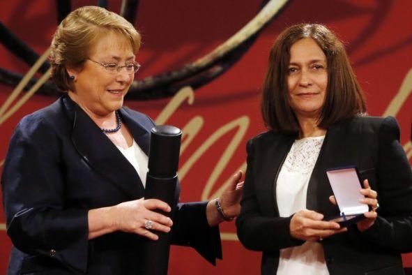 La poeta Reina María Rodríguez recibiendo el Premio Neruda de manos de Michelle Bachelet.