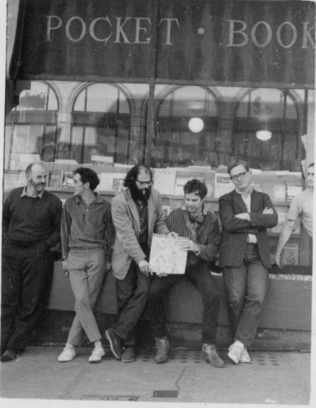 (De izq. a der.) Lawrence Ferlinghetti, Gary Goodrow, Allen Ginsberg, Charlie Plymell, Philip Whalen en la librería City Lights, 1963.