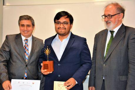 Al centro, el poeta Roy Vega recibiendo el Premio.