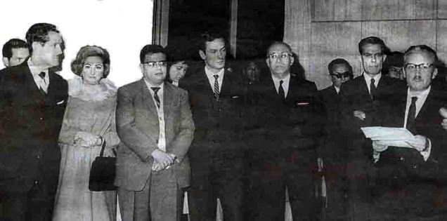 Discurso de José María Arguedas (de izq. a der.) Francisco Miroquesada, Washington Delgado, Carlos Cueto Fernandini. Casa de la Cultura, 1963