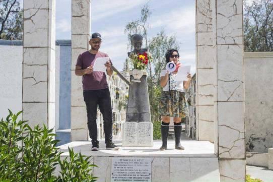 El poeta Bruno Pólack y la actriz Eliana Fry leyendo en la romería en homenaje al poeta Alberto Hidalgo en el cementerio La Apacheta. 101 años de la vanguardia poética peruana. Arequipa, 2018 Crédito de la foto Mario Pera.