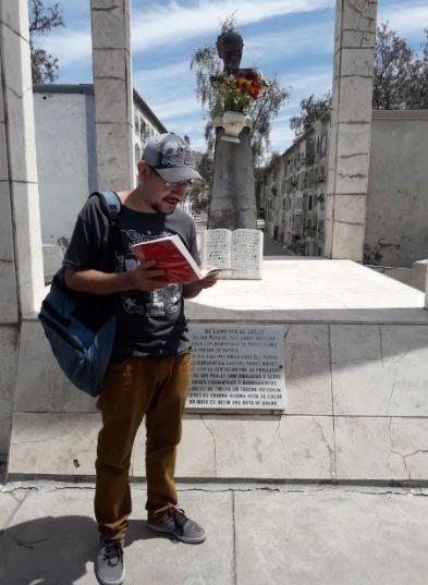 El poeta Heiner Valdivia leyendo en la romería en homenaje al poeta Alberto Hidalgo en el cementerio La Apacheta. 101 años de la vanguardia poética peruana. Arequipa, 2018 Crédito de la foto Mario Pera.