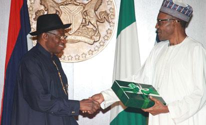 古德勒克·乔纳森总统向当选总统穆罕默杜·布哈里将军发表讲话,正式向阿布贾州议会大使馆的当选总统发表移交通知。照片来自Abayomi Adeshida