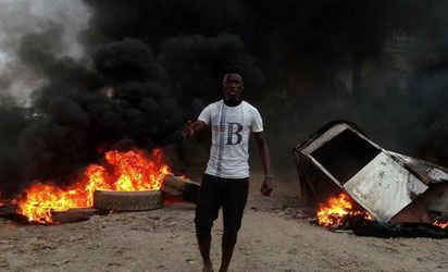 昨天,Pro-Biafra抗议者在阿南布拉州奥尼查海德大桥上安装路障和篝火。照片:Vincent Ujumadu。