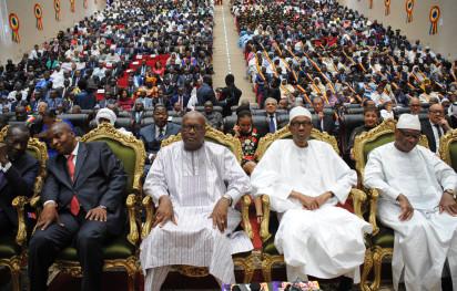"(LR)贝宁总统Patrice Talon,中非共和国总统Faustin-Archange Touadera,布基纳法索总统Roch Marc Christian Kabore,尼日利亚总统Muhammadu Buhari,马里总统Ibrahim Boubacar在乍得总统伊德里斯·德比(未图示)的就职典礼上期待他的2016年8月8日在恩贾梅纳担任第五届总统。乍得总统伊德里斯·德比于8月8日宣誓就任第五任执政期,遭到反对派的强烈反对,声称他的连任是""政治上的遏制""。在反对派游行期间抗议者去世后一天紧张局势加剧,大约14名非洲国家元首出席了宣誓仪式,其中包括尼日利亚和尼日尔的总统,他们都像乍得一样,与博科圣地圣战组织作战。 / AFP PHOTO / BRAHIM ADJI"