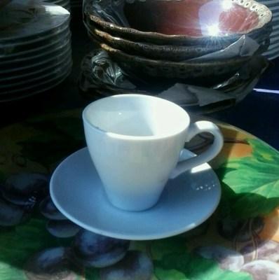 чашка белая на блюдце