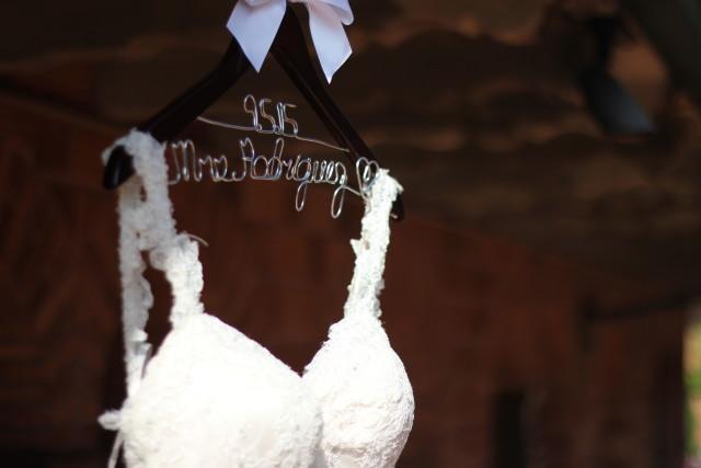Vestido de novia y colgador personalizado