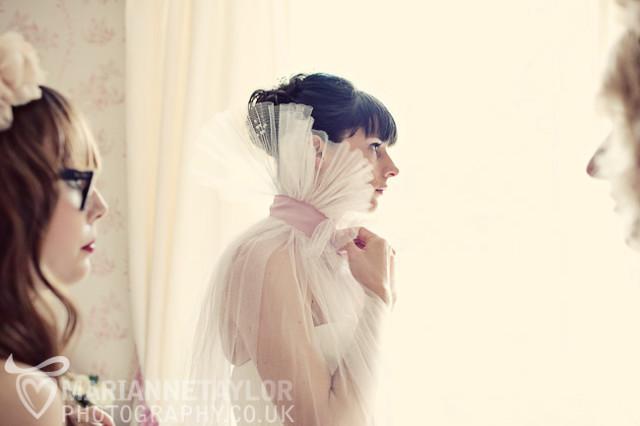 Vestido de novia con capa de la bloggera de modas Alix de Cherry blossom blog