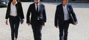 Brune Poirson, Sébastien Lecornu et Nicolas Hulot au pied des marches de l'Elysée.