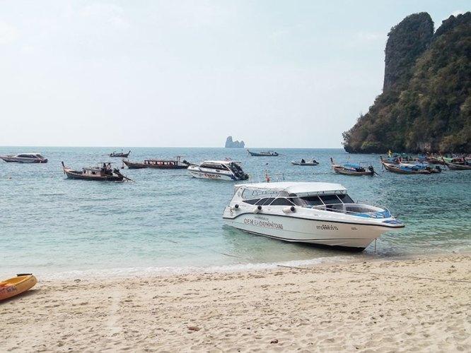 The sandy beaches of Koh Lao Bi Le (Koh Hong)