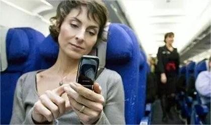 Spegnere il cellulare in aereo, serve davvero?