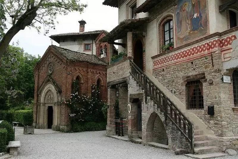 Grazzano visconti il borgo medievale a piacenza i for Planimetrie del paese con portici