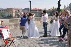 Cola de novias en el puente de Carlos V