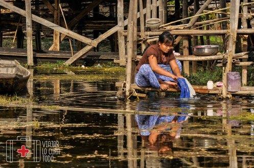 Mujer lavando la ropa en el Inle Lake