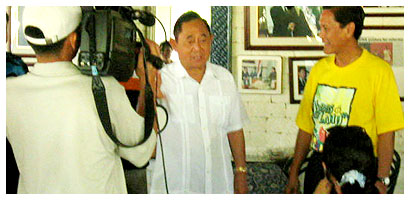Jose de Venecia and Roberto Pagdanganan in front of TV crew