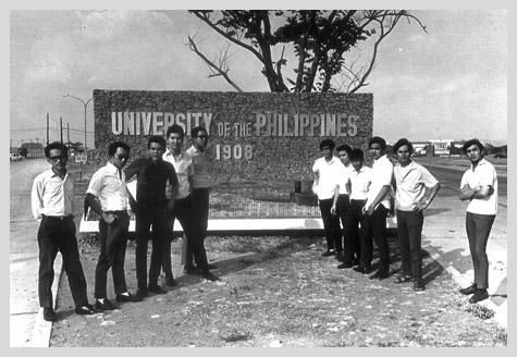 Upsilonians at the entrance to University Avenue
