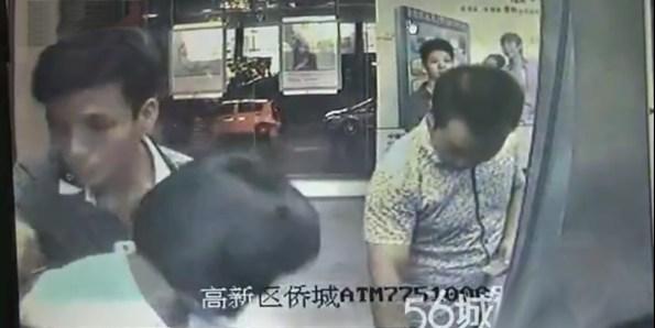 CAM-des-voleurs-travaillent-en-groupe-pour-derober-l-argent-d-une-dame