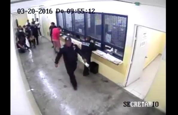 ET-au-commissariat-il-derobe-l-arme-d-un-policier