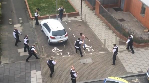 ET-la-police-britannique-non-armee-face-a-un-homme-qui-les-menace-avec-un-couteau