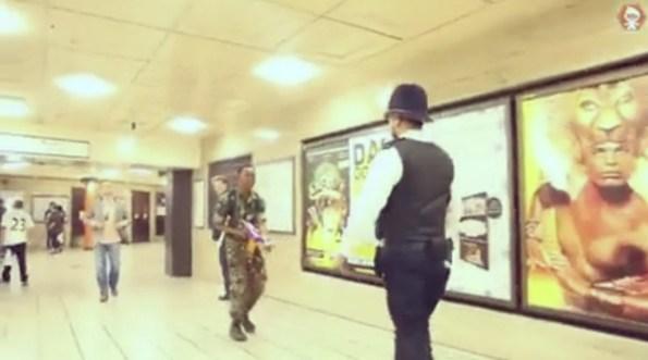 ET-un-abruti-tire-sur-des-policiers-anglais-avec-des-jouets