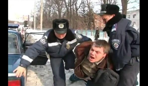 ET-un-ivrogne-se-rebelle-face-a-la-police-ukrainienne