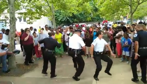 PERLES-des-policiers-de-richmond-en-virginie-dansent-en-public