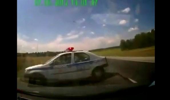 PERLES-deux-voitures-de-police-se-percutent