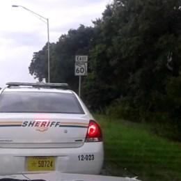 PERLES-un-conducteur-mecontent-arrete-la-voiture-d-un-sherif