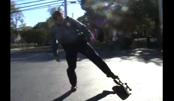 PERLES-un-policier-qui-fait-du-skateboard